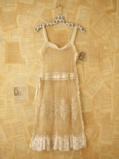 oooh, how fun it would be to rock this vintage 1920's lace dress ~ if only it wasn't $700