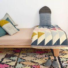 Los textiles infantiles nos brindan grandes oportunidades a la hora de jugar con las texturas, los colores y los estampados en el cuarto de los peques. Podemos comenzar con el blanco y negro, como en esta habitación infantil deH&M, y terminar llenándolo todo de color en la siguiente temporada, de forma que el cuarto parezca …