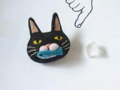たべる猫ブローチ -by ヒツジフエルト縮絨室 ヒロタリョウコ[Cat Brooch by Felt Fulling Lab-Ryoko Hirota]20140917 http://shop.hitsuji-felt.com/?pid=80631331