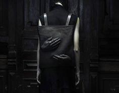 Mode-ontwerper Konstantin Kofta  maakt toffe tassen waaron deze omarming