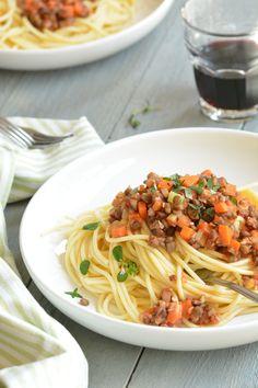 Deze vegetarische variant op de klassieke bolognese is kruidig en vol van smaak en tegelijkertijd lekker licht en gezond.