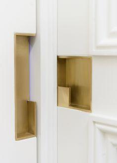 The best Door Pulls to enrich your modern designs. Pocket Door Handles, Brass Door Handles, Pocket Doors, Modern Door Handles, Pocket Door Hardware, Porte Design, Door Design, Design Design, Black Door Hardware