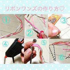 リボンワンズの作り方を教えてくださいという嬉しいコメントを頂いたので作り方アップします٩(●˙▿˙●)۶ ①リボンを40センチくらいの長さにカットします。 ②同じ長さに切ったリボンをホチキスでとめます。 ③針金を5センチくらいの長さに切り、鈴を通しねじります。 ④紙ストローの中にグルーガンを流し入れます。 ⑤固まらないうちに③の鈴を通した針金とホチキスでとめたリボンを押し入れていきます。 ⑥グルーガンが固まったら完成♡ #プレ花嫁 #リボンワンズ #リボンワンズの作り方 #DIY