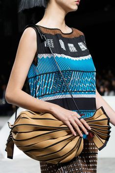 The best designer bags and bags trends from the Spring/Summer 2017 fashion collections so far Fashion 2017, Paris Fashion, Fashion Trends, Fashion Styles, Top Designer Bags, Designer Handbags, Couture, Issey Miyake, Fashion Handbags