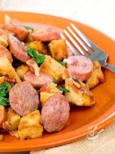 Ecco un piatto golosissimo e vincente: la Padellata di wurstel e patate, un tripudio di sapore che chiamerà a tavola in un battibaleno grandi e piccini!