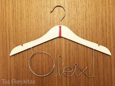 Percha infantil Aleix con detalle de corbata Clothes Hanger, Personalized Hangers, Personalized Gifts, Coat Hanger, Clothes Hangers, Clothes Racks