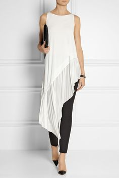 Stunning Donna Karan Stretch Crepe Leggings Style Pants with Asymmetrical Tunic. I love how the tunic flows from the hip into soft folds it's so very elegant. I would love this in my Wardrobe and would wear it often. Donna Karan, Look Fashion, Womens Fashion, Fashion Design, Fashion Outfits, Trendy Fashion, Fashion Ideas, Mode Des Leggings, Vetements Clothing