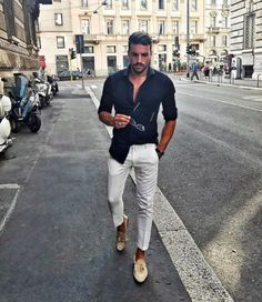 Light cream pants and blue jersey shirt in for meetings Stylish Mens Fashion, Look Fashion, Stylish Outfits, Casual Male Fashion, Stylish Man, Fashion Photo, Fashion Fashion, Mode Masculine, Cream Pants