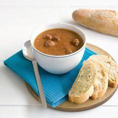 Bruine bonensoep met balletjes #recept #menuvanmorgen #JumboSupermarkten Soup Recipes, Healthy Recipes, Homemade Soup, Thai Red Curry, Chutney, Stew, Beans, Healthy Eating, Low Carb