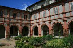 Montauban - Le jardin des Simples -Derrière la façade austère du XVIIIe siècle du Temple des Carmes, se cache le cloître et son jardin.