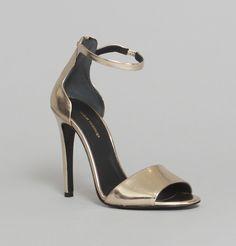 Sandales en cuir doré laminé, bride de cheville, bout ouvert.   **** On retrouve dans le minimalisme des lignes de ce modèle, signé Clélia Tavernier, tout le savoir. ****