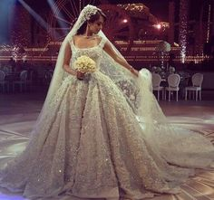 I have never seen a ball gown more georgeous than this one, and the bouquet is justtt the right size. @elliesaabworld