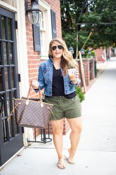 Moda Plus Size: Guia COMPLETO para Escolher a Roupa Ideal Source by outfits 2020 plus size Summer Outfits Women 30s, Summer Outfits For Moms, Plus Size Summer Outfit, Casual Summer Outfits, Short Outfits, Spring Outfits, Plus Size Summer Fashion, Plus Size Beach Outfits, Casual Shorts