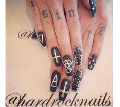 Podpowiadamy, jak z pomysłem stworzyć gotycki manicure. Oto najlepsze pomysły na czarne paznokcie z mrocznm akcentem.