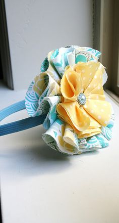 These are so cute! Don't know if A would keep a headband on, but it looks like they work on hairbows too. Good use for scraps of fabric! Flower Headband Tutorial, Fabric Flower Headbands, Fabric Flower Tutorial, Diy Headband, Fabric Bows, Baby Headbands, Bow Tutorial, Scrap Fabric, Homemade Headbands