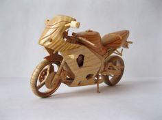 Artista ucraniano cria incríveis miniaturas de motos feitas com madeira 04