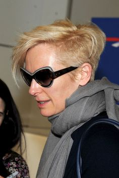 Tilda Swinton Photos - Tilda Swinton catches a flight out of Nice airport after attending the opening ceremony of the Cannes Film Festival. The actress, seen carrying a Fendi handbag, was reportedly headed back to London. - Tilda Swinton Lands in Nice Undercut Hairstyles, Pixie Hairstyles, Cool Hairstyles, Pixie Haircuts, Tilda Swinton, Cut Her Hair, Hair Cuts, Androgynous Look, Stylish Sunglasses