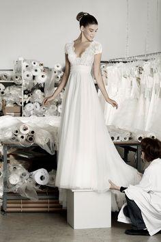 Deze mooie trouwjurk van Cymbeline, Angel heeft een softe sluik vallende rok. De top is bewerkt met kant en heeft een lage V-hals. Door de mouwtjes krijgt de jurk een romantische uitstraling.