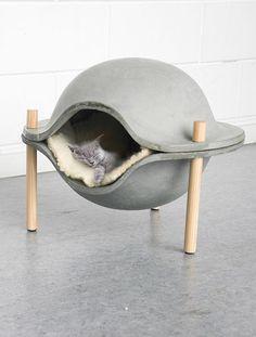 Me gustaría comprarle una camita a mi gatita así. Es un diseño poco convencional pero funciona perfecto para un gatito.