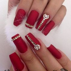 Ace your bridal look with these glam bridal nail art ideas. Here's all about the wedding nail art, bridal nail art designs and how to rock the perfect bridal nails! Explore wedding nail art ideas, with products available on Nykaa. Fancy Nails, Bling Nails, Matte Nails, Red Nails, Holiday Nails, Christmas Nails, Christmas Ideas, Christmas Ornaments, Gorgeous Nails