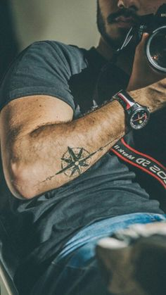 tattoos - Tattoo Trends Tatouage boussole bras TattooViral com Your Number One source for daily Tattoo designs, Ideas & Inspiration Tattoo Arm Mann, Arm Band Tattoo, Tattoo Arrow, Small Tattoo Designs, Tattoo Designs Men, Sleeve Designs, Rose Tattoos, New Tattoos, Tatoos