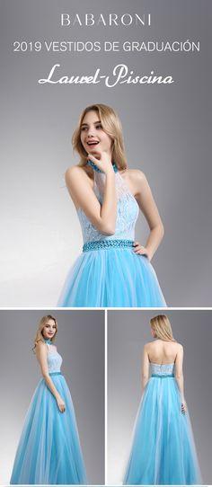 bb7472fcd El vestido agraciado se caracteriza por un escote cabestro y estilo de  espalda abierta. El