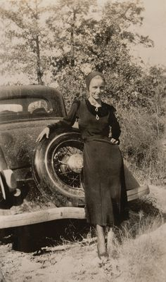 Buy online, view images and see past prices for Clyde Barrow & Bonnie Parker (Bonnie & Clyde). Barrow family photo albums and scrapbooks. Invaluable is the world's largest marketplace for art, antiques, and collectibles. Bonnie And Clyde Car, Bonnie And Clyde Photos, Bonnie Parker, Rare Photos, Photos Du, Vintage Photographs, Old Photos, Iconic Photos, Antique Photos