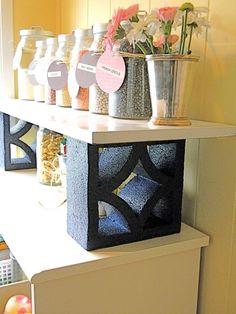 étagères de rangement de bocaux et boîtes dans la cuisine fabriquées en blocs de parpaing creux