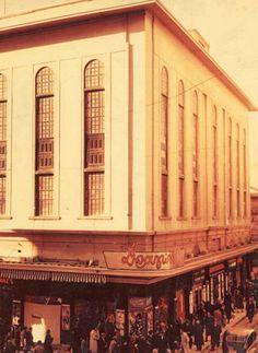 1980 ~ Κατάστημα '' ΔΡΑΓΩΝΑΣ ''. (1896 ~ 1987). Οδός Αιόλου & Σοφοκλέους. Στις 04/07/1981 κατεστράφη από εμπρησμό '' αγνώστων '' ο τρίτος όροφος.
