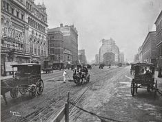 NEW YORK: A street sweeper works amidst horse drawn carriages along Broadway, south of Street in Longacre Square in Longacre Sq. would become Times Square. New York Pictures, Old Pictures, Old Photos, Vintage Photos, Antique Photos, Vintage Photographs, Pretty Pictures, Vintage Cars, Wyoming
