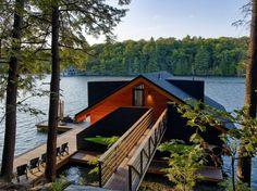 Pensée par Altius Architecture, cette belle maison de vacances est situé sur la rive du lac Joseph au Canada.