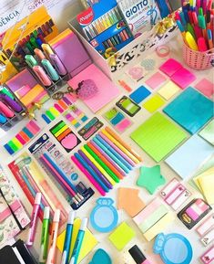 💖 Nos stories eu coloquei tudo sobre aquele fichário que vcs perguntam! Fui dar uma voltinha na Kalunga e tirei foto pra vcs! School Supplies Highschool, Cool School Supplies, School Supplies Organization, Desk Organization, Office Supplies, Art Supplies, School Stationery, Cute Stationery, School Suplies