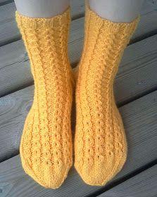Retuperällään: Keväistä valepalmikkoa Knitting Socks, Hand Knitting, Knitting Patterns, Knit Socks, Designer Socks, Marimekko, One Color, Colour, Mittens