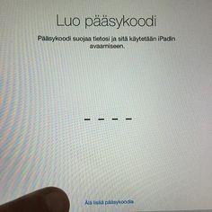 VINKKI: Applen iOS-peruskäyttäjille. Kun laitteesi on päivittynyt ja tulet käyttöönottosyklissä kuvan osoittamaan vaiheeseen pysähdy hetkeksi ja MIETI. Haluatko todella ottaa pääsykoodin käyttöön vai et. MIKÄLI SYÖTÄT pääsykoodin MUISTA SE!!! Jos ET HALUA syöttää pääsykoodia paina sormen osoittamaa kohtaa. Tämän valinnan jälkeen laitteesi avautuu ILMAN suojakoodia = käyttö on helpompaa. Tässä kohdassa moni menee vipuun ja arpoo pääsykoodin jota ei vartinpäästä muista. (Ohje ei päde…