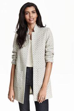 Manteau en tissu jacquard: Manteau en jacquard de coton mélangé. Modèle avec col droit et poches devant. Sans boutonnage. Non doublé.