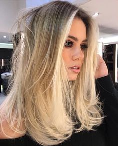 Warm Blonde Hair Shades Perfect for Brightening Your Locks This Spring Freshen up for spring with these warm, sun-kissed shades. Blond Ombre, Brown Ombre Hair, Ombre Hair Color, Blonde Balayage, Wig Hairstyles, Straight Hairstyles, Hairstyles 2018, Stylish Hairstyles, Shoulder Length Layered Hairstyles