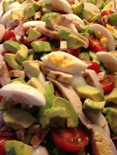 Skøn salat som mætter dejligt. Kan enten bruges som tilbehør og så evt. Bare undlade kyllingen, men den ville også fint kunne gå som en forret. Babymix salat cocktail tomater hårdkogte æg avokado i stykker vendt i citron kyllinge strimler