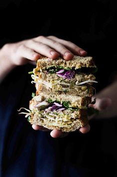 Sandwich Vegano: con hummus para untar y vegetales variados Veggie Sandwich, Sandwich Recipes, Sandwiches, Food Truck, Great Recipes, Vegan Recipes, Bread Head, Dark Food Photography, Street Food