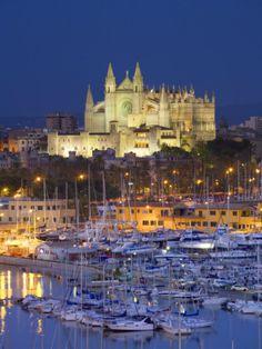 Palma de Mallorca, Su capital, y también la de la comunidad autónoma, es Palma, siguiéndola en importancia los municipios de Calviá y de Manacor. La isla de Cabrera y todos sus islotes pertenecen administrativamente a la capital. Es la isla más poblada de Baleares, y la segunda de España, tras Tenerife en Canarias.