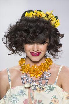"""Fai così: applica la schiuma modellante sui capelli bagnati, quindi asciuga con il diffusore a testa in giù. TroppoGuarda anche: Diventa una flower queen con la coroncina di fiori     """""""" style=""""border: 0px none; vertical-align: bottom;"""" marginheight=""""0"""" marginwidth=""""0"""" scrolling=""""no"""" name=""""google_ads_iframe_/8583/Cosmopolitan.it/capelli/acconciature_1"""" id=""""google_ads_iframe_/8583/Cosmopolitan.it/capelli/acconciature_1"""" frameborder=""""0"""" height=""""90"""" width=""""728"""">      -cosmopolitan.it"""