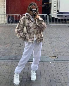 streetwear winter Aesthetic vintage art hoe trendy casual cool edgy grunge outfit fashion style idea ideas inspo inspiration for school for women winter summer beige jacket white baggy sweatpants Indie Outfits, Retro Outfits, Cute Casual Outfits, Vintage Outfits, 80s Style Outfits, Simple Outfits For School, 90s Inspired Outfits, Tomboy Outfits, Skirt Outfits