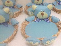 Centro de mesa Ursinho azul confeccionado em feltro, bordado à mão, com cestinha de bambu 18 cm de diâmetro. R$ 20,00