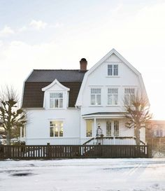 〚 This Scandinavian cottage is ideal holiday home for warm Christmas 〛 ◾ Photos ◾Ideas◾ Design Modern Farmhouse Design, Farmhouse Style, Cute House, My House, Estilo Craftsman, Scandinavian Cottage, White Houses, House Goals, Old Houses