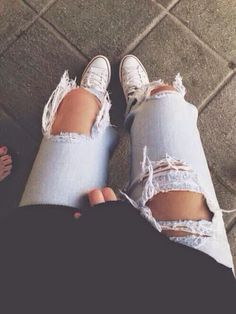DIY ripped distressed boyfriend jeans. Video Tutorial. http://etralalondon.blogspot.co.uk/2014/05/diy-boyfriend-jeans.html