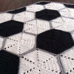 Cobija para bebés tejida a crochet con diseño de pelota de fútbol! El paso a paso ya está en nuestra página web.  #crochet #crocheting #croché #bebe #baby #football #fútbol #soccer #cobija