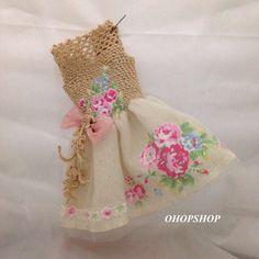 Simone Niglib - Her Crochet Crochet Doll Dress, Crochet Doll Pattern, Knitted Dolls, Crochet Patterns, Crochet Barbie Clothes, Crochet Buttons, Doll Shop, Doll Tutorial, Little Doll