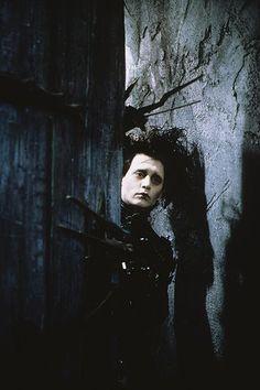 Johnny Depp in Edward Scissorhands, 1990 Directed by Tim Burton Best Johnny Depp Movies, Johnny Depp Roles, Johnny Depp Characters, Tim Burton Johnny Depp, Johnny Depp Fans, Estilo Tim Burton, Tim Burton Art, Johnny Depp Personajes, Scissors Hand