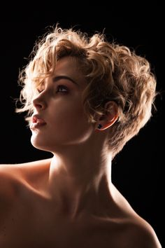 tinkerbell の coupe coiffure cheveux court bouclé blond curled short haircut style haar frisur Short Wavy Haircuts, Short Curly Pixie, Short Curly Hairstyles For Women, Short Curly Styles, Curly Hair Styles, Haircut Short, Bob Hairstyles, Short Wavy Curly Hair, Wavy Pixie Haircut