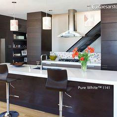 Siguiendo la tendencia en cocinas con cubiertas de cuarzo, nos encontramos esta con la superficie Pure White™. #caesarstone #caesarstonemx #cocinas #cocinasmodernas #baños #tendencias #tendencias2016 #ideas #ideasparalacasa #islasdecocina #cuarzo #cubiertasdecuarzo #encimeras #marmol #granito #ambientes #quartz #archdaily #arquitectura #arquitecturamx #remodelacion #construccion #interiorismo #casasboutique #interiorismomexico #diseño #diseñointerior #quartzcountertops #marble #granite