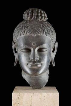 Lot : MONUMENTALER BUDDHAKOPF - Gandhara, wohl 3./4. Jh. n. Chr. (oder später) -[...]   Dans la vente Beaux Arts et Antiquités à Hargesheimer Kunstauktionen Düsseldorf